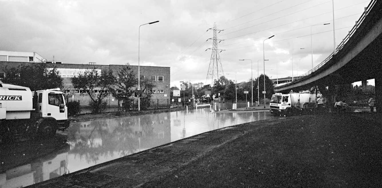 wwps-chigwell-road-floods-20001031-03